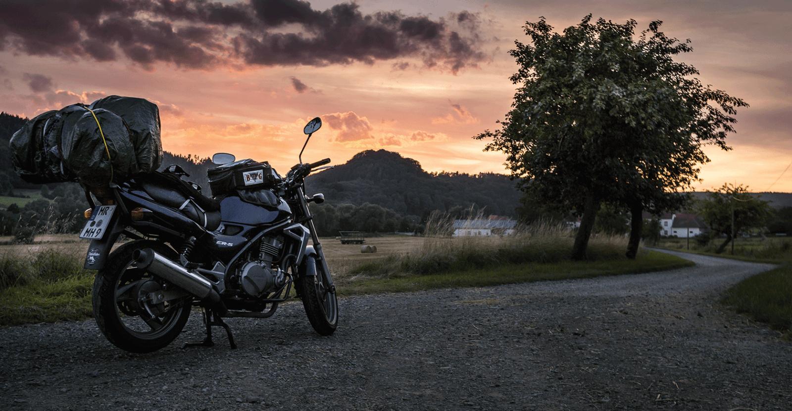 Kawasaki ER 5 vor Sonnenuntergang