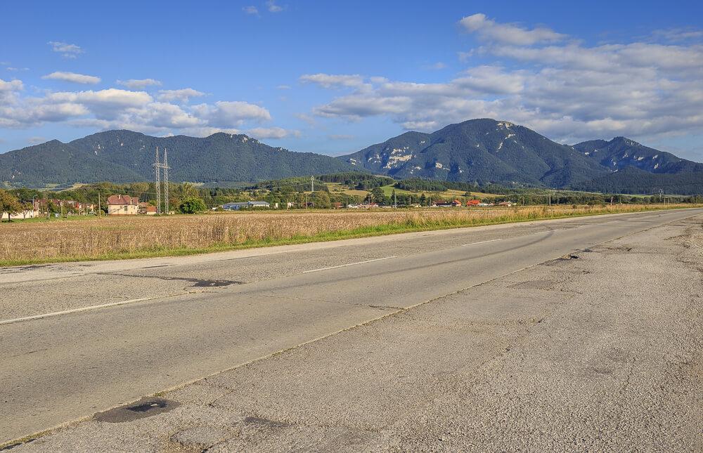 Straße mit Sicht auf die Berge