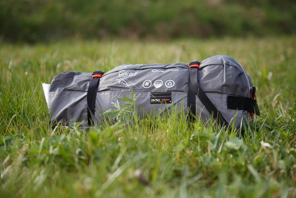 Das Zelt in der Verpackung auf einer Wiese