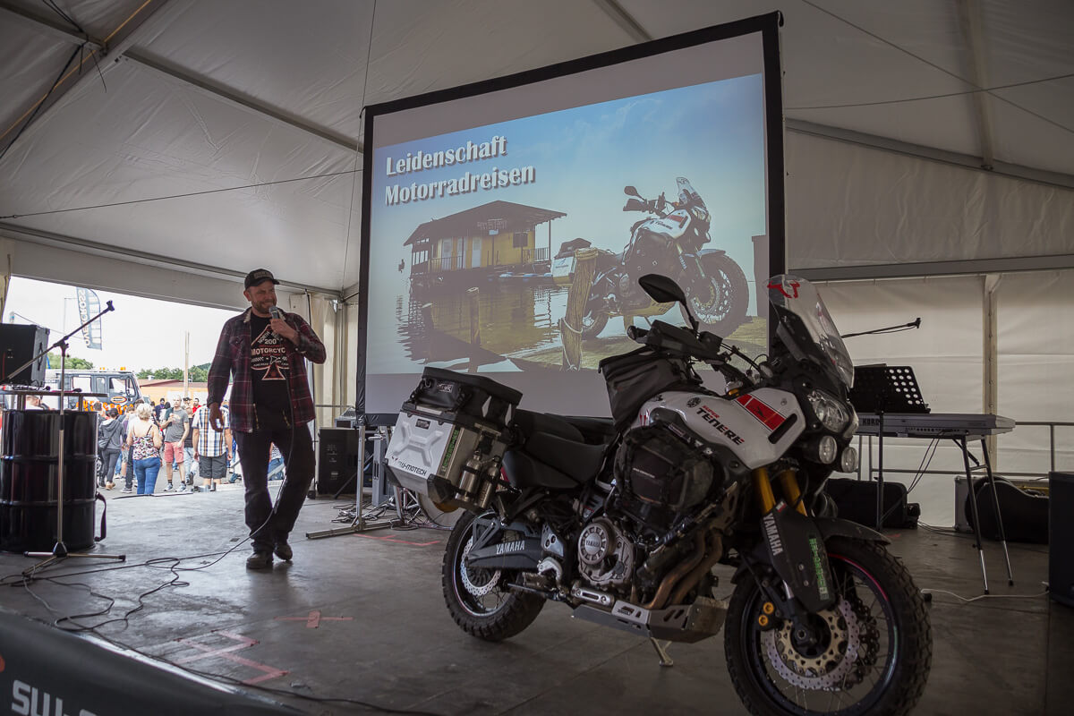 Eric Peters neben seiner Yamaha Ténéré