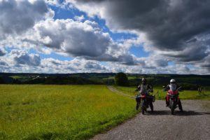 Moe und David auf einem Schotterweg in der Eifel