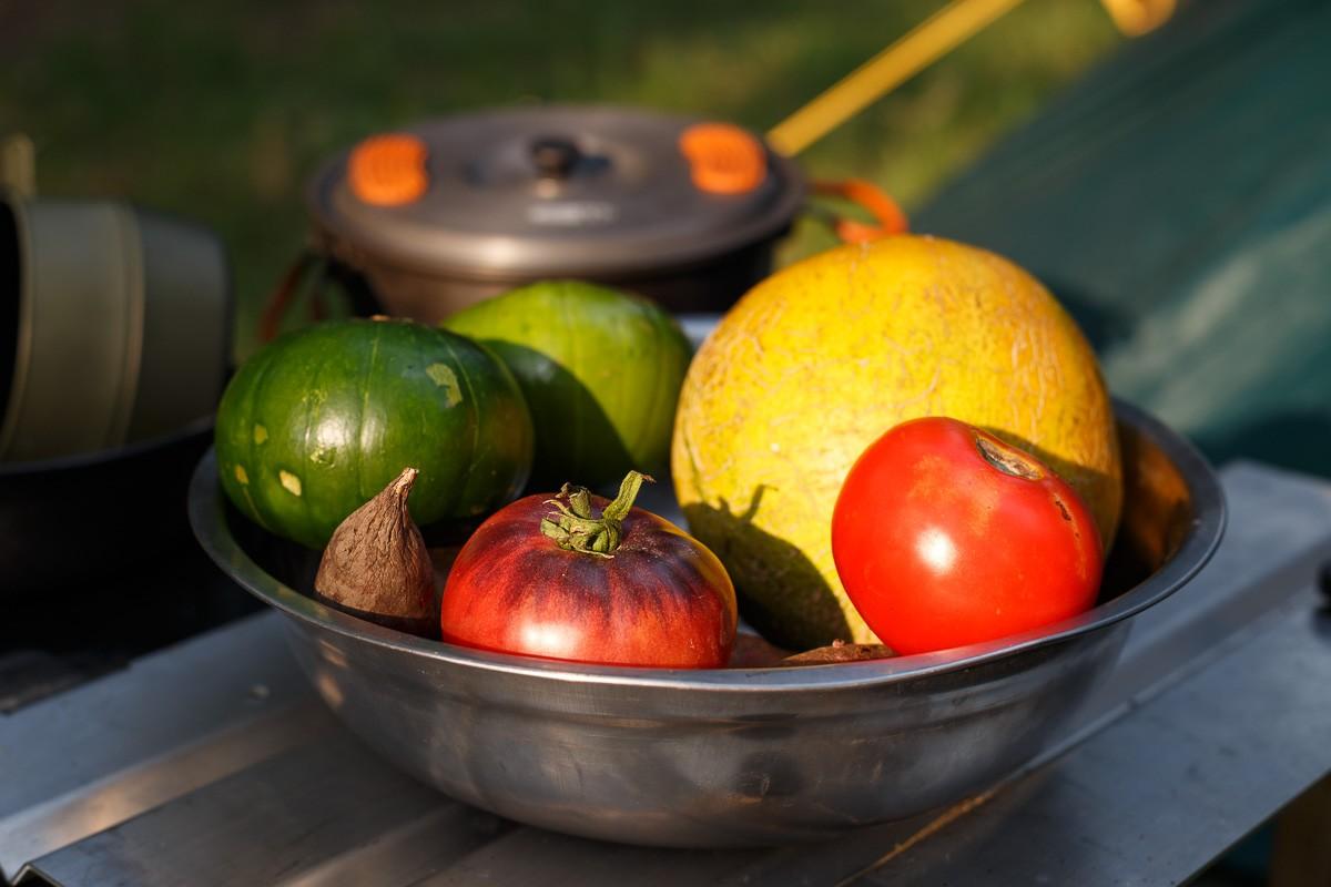 Eine Schüssel voller Obst und Gemüse
