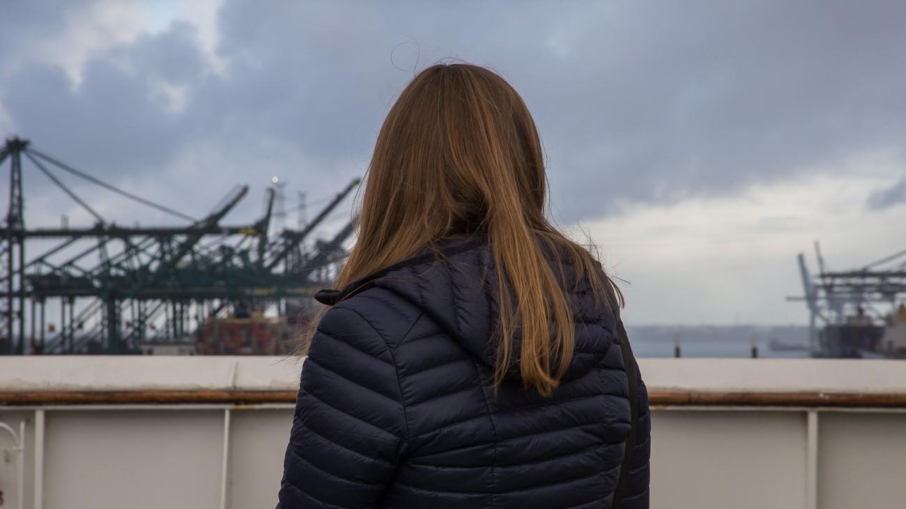 Nicki schaut von der Reling auf den Hafen Antwerpen