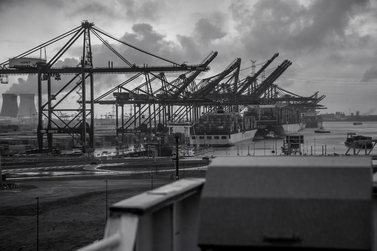 Wir passieren viele große Kräne bei der Hafenausfahrt