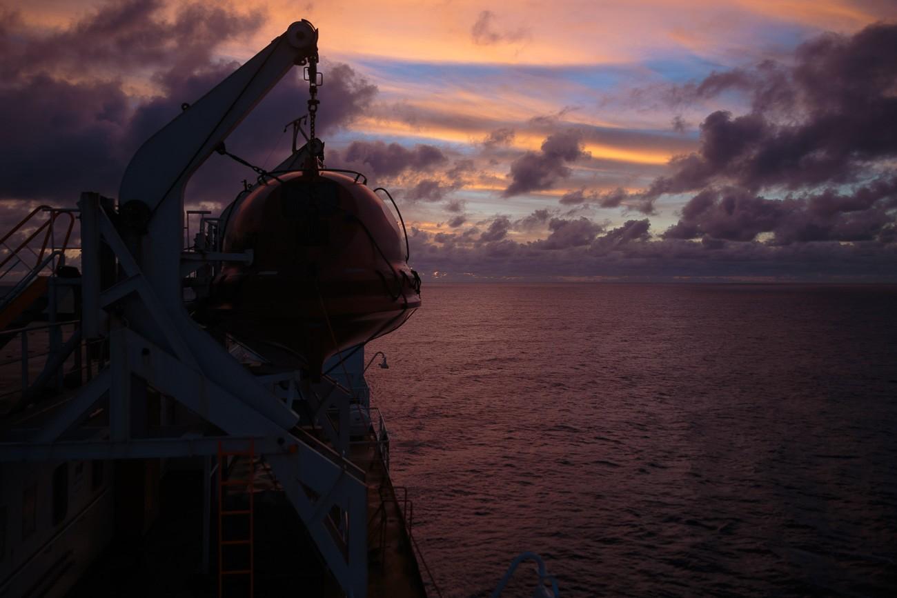 Sonnenuntergang mit Schiffskulisse